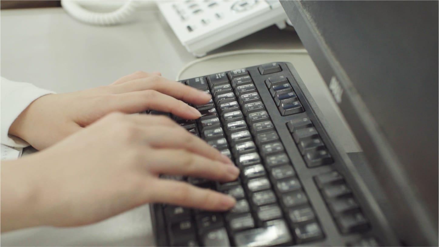 キーボードで文字を入力している画像