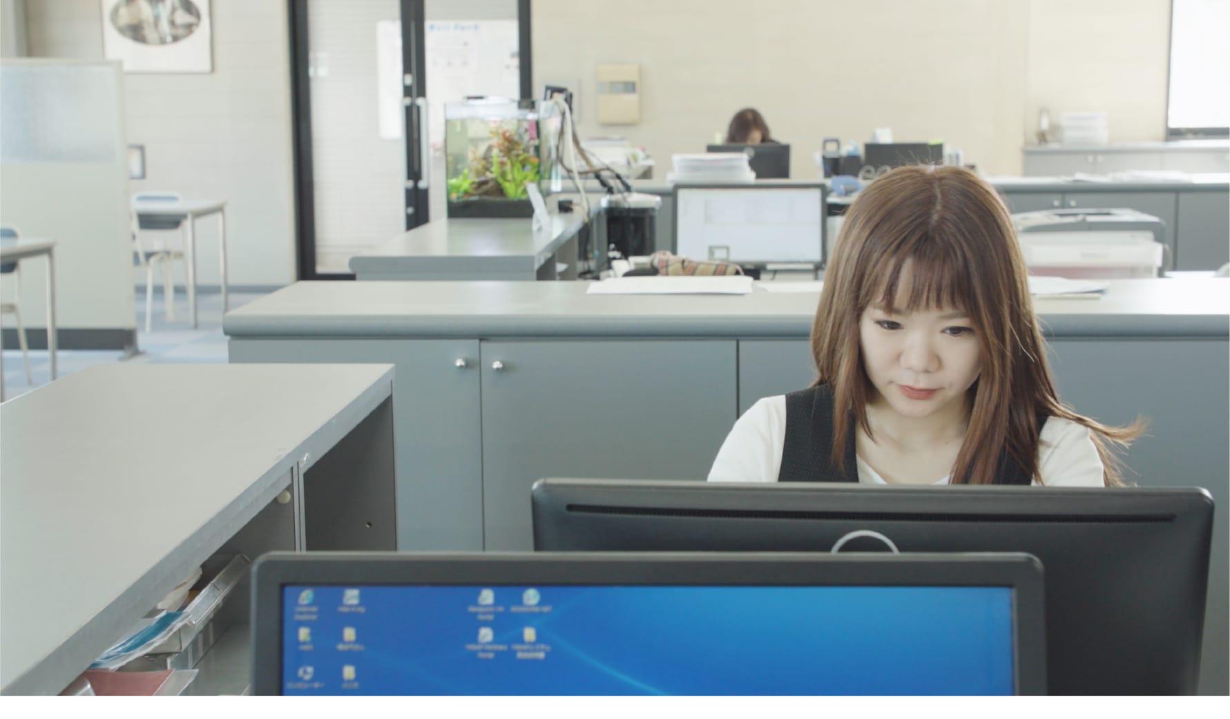 事務作業を行う社員の画像
